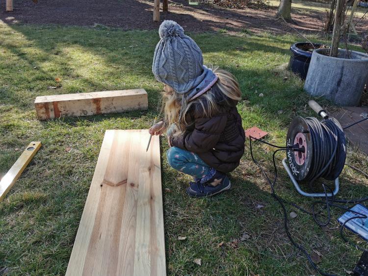 Vogelhaus mit Kind bauen