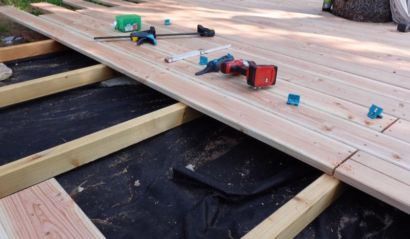 Holzdielen liegen auf Unterkonstruktion