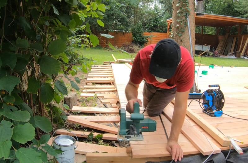 Ränder abschneiden bei der Holzterrasse