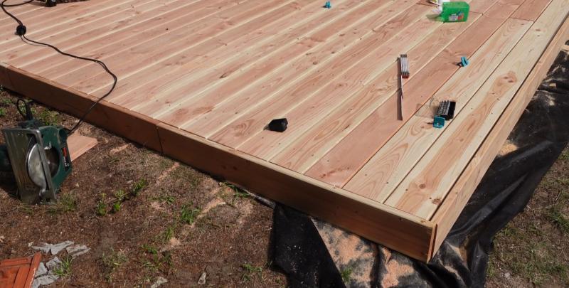 Seitenverkleidung einer Holzterrasse