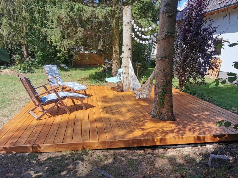 meine fertige Holzterrase mit Baumstämmen